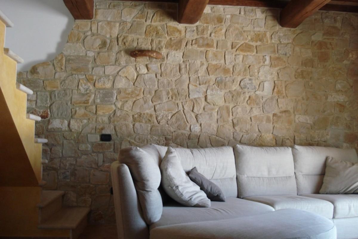 Lavorazione pietra naturale per esterni ed interni - Rivestimenti in pietra finta per interni ...